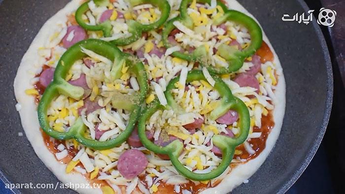 چیدن مواد روی پیتزا پپرونی